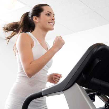 Spor yaparak sıkılaşın Kremler sürebilir, dengeli beslenebilirsiniz. Ama hiç spor yapmadan ne yazık ki selülitlerinizden kurtulamazsınız. Ancak programlı bir egzersizle vücuttaki fazla yağlanmadan kurtulabilirsiniz. Kurala göre, kaslar ne kadar fazlaysa selülit oluşması için o kadar az yer kalır. Düzenli olarak egzersiz yapan kişiler yağlarını çok daha hızlı yakabilirler. Dolayısıyla ofiste yenen çikolatanın ya da akşam yemeğindeki pizzanın etkisi çok daha hafif olur.